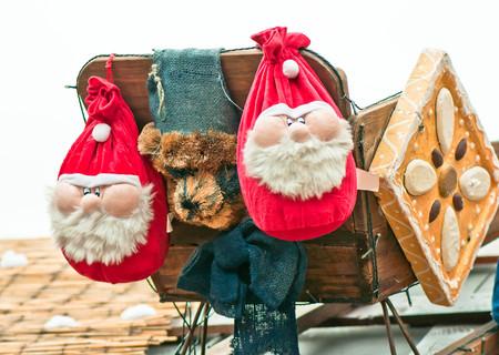 Two santa decoration in Christmas Markt  Standard-Bild
