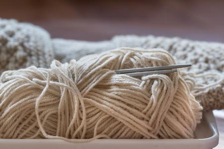 Knitting needles and yarn on wooden background. Standard-Bild