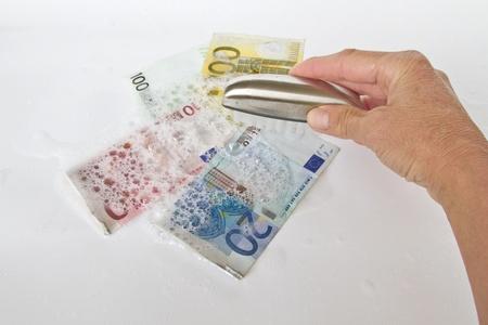 dinero falso: Facturas se lavan en agua jabonosa caliente