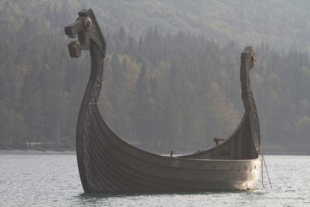 vikings: Bateau viking dans la Walchensee en contre-jour