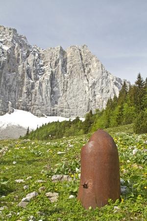 artillery shell: Remanente de la �poca de la guerra hasta en un valle solitario en Karwendel Foto de archivo