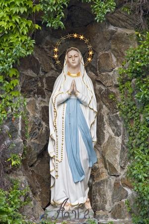 Tatue de Marie dans une grotte, une attraction touristique pour les croyants Banque d'images - 11760454