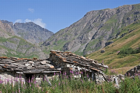idylle: Idylle pur - alte Steinh�tte an der s�dlichen Passrampe des Col de lIseran Stock Photo