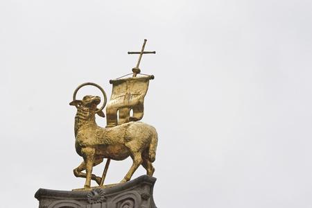L'agneau est un symbole chrétien au sommet d'une colonne à Brixen Banque d'images - 11964717