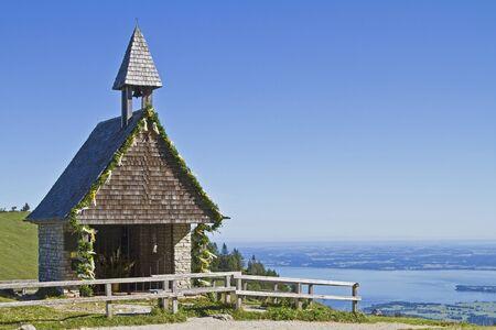 perceptive: Dalla piccola cappella, che si trova sulla salita di Kampenwand ha una splendida vista sul Chiemsee Archivio Fotografico