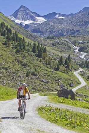 tauern: Mountain bike tour in Obersulzbach valley in the Upper Tauern Stock Photo