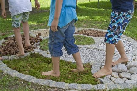 Children experience the barefoot parcour Standard-Bild