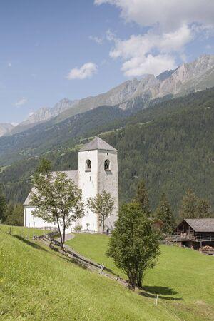 osttirol: St. Nikolauskirche  liegt oberhalb Matreis in Osttirol und stammt   aus dem sp�ten 12. Jahrhundert Stock Photo