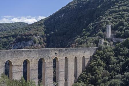 Ponte delle Torri ? Spoleto Banque d'images - 20351700