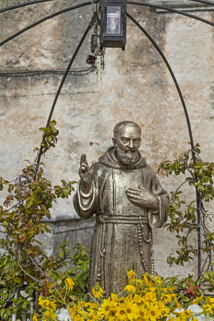 pio: Padre Pio statues are to be found in numerous villages in southern Italy