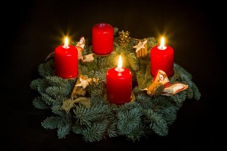 Advent wreath with three burning candles Standard-Bild