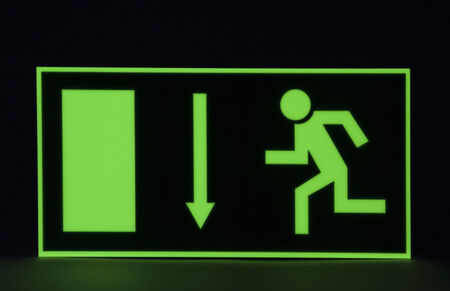 Emergency exit sign - Lighting and therefore seen even in the dark Standard-Bild