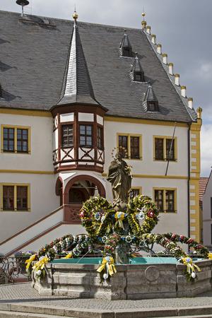 virgen maria: Fuente Pascua decorada en color glorioso en la plaza del pueblo en Volkach Foto de archivo