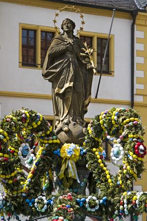 virgen maria: En glorioso color, decorado fuente Pascua en la plaza del pueblo en Volkach