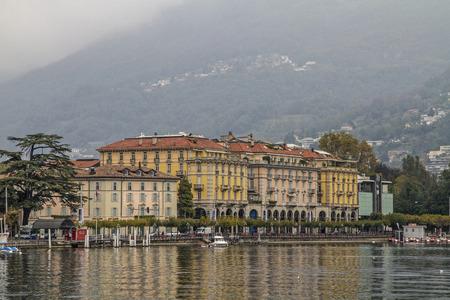 characterize: Magn�fico edificios de oficinas y edificios bancarios. Fuentes y avenidas caracterizan la ciudad de Lugano en Suiza