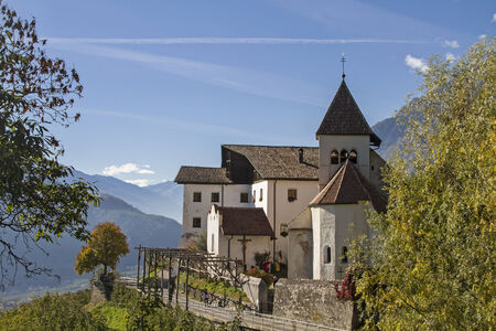 meran: The idyllic little church of St. Peter at Meran shows Romanesque architectural fragments and is a popular hiking destination