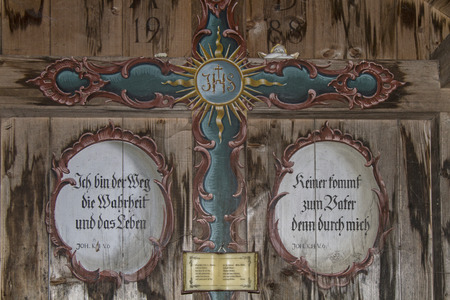 piety: An open wooden chapel on the way to Heiglkopf invites the traveler to prayer