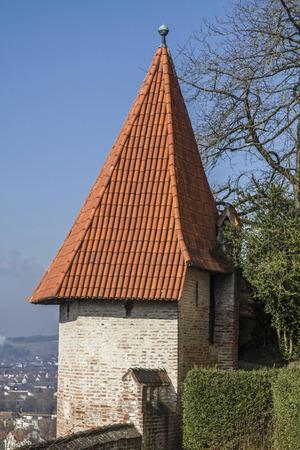 landshut: Kleiner Burgturm  - Burg Trausnitz, Residenz der niederbayrischen Wittelsbacherherz?ge  ?berragt die mittelalterliche Stadt Landshut Editorial