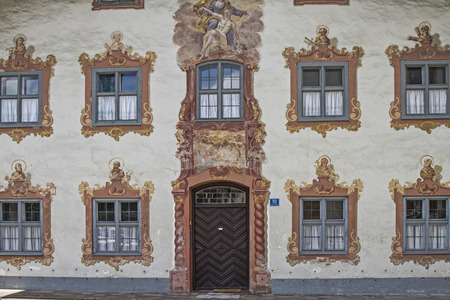 especially: The houses in Oberammergau are known especially for its outstanding paintings