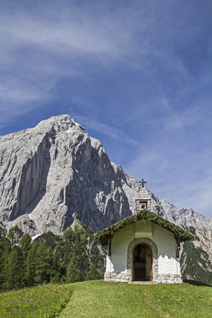 piety: Idyllic chapel in Karwendel mountains with the little Lafatscher Stock Photo