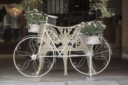 decorated bike: Donna in bicicletta - decorativi adornata con i fiori Archivio Fotografico