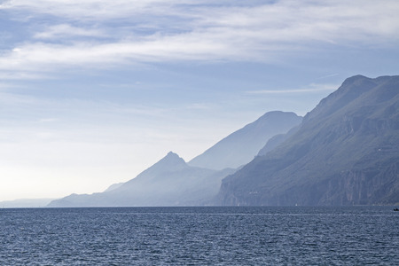 Lac de Garde - lac et les montagnes en rétro-éclairage Banque d'images - 48511558