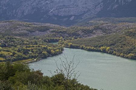 tourismus: Der idyllische Lago Cavedine wurde von einem mächtigen Bergrutsch gebildet der den Fluss Sarca aufstaute