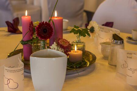 Uitnodigende gedekte tafel in een eetzaal