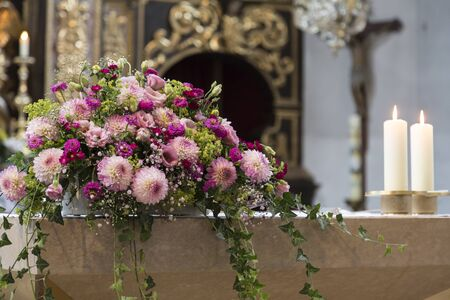 impressions: Bridal Impressions - floral decoration at the altar Stock Photo