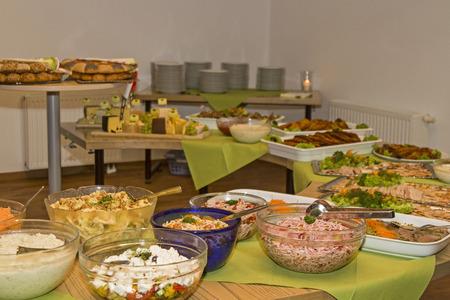 tabla de quesos: Buffet table loaded with various culinary delights Foto de archivo