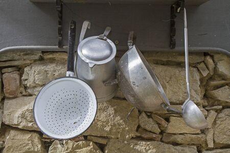 utensilios de cocina: utensilios de cocina r�stica fijada sobre una pared de piedra