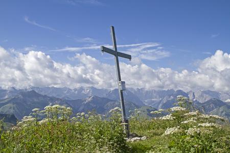 cicuta: Summit of Juifen a 1988 m high mountain in Vorkarwendel in Tyrol. Foto de archivo