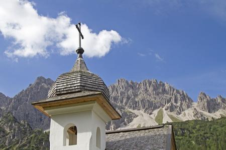 stark: Kapelle vor der Erlspitzgruppe,  die zum Karwendelgebirge geh�rt und bizarre Verwitterungsformen wie T�rme, Felsnadeln und stark zerschartete Grate aufweist.