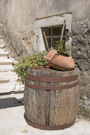 Detalles decorativos de la pequeña aldea semi-arruinada de Krsan en Istria Foto de archivo