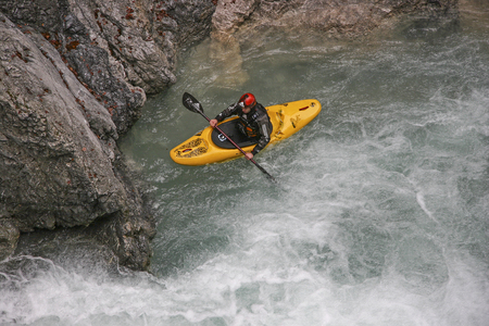 montañas caricatura: in Rißbachklamm in Karwendel (Upper Bavaria). The Rißbach was used for the first time in the late 1970s and is still regarded as one of the most difficult whitewater stretches in the Alpine area