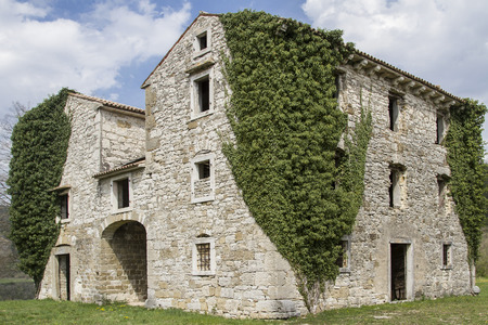 characterize: Abandoned and dilapidated houses idyllic overgrown with plants characterize the idyllic landscape of Istria Stock Photo