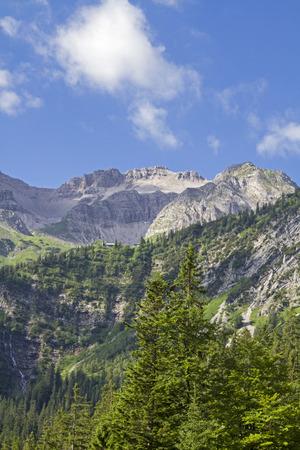 Die Gipfel der Soierngruppe mit Schoettelkar und Soiernspitze vom Soiernweg aus gesehen Standard-Bild - 83182930