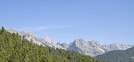 Ber den Westgrat zwischen Westkarwendelspitze und Brünnstein führt der berühmte Klettersteig Mittenwader Höhenweg Standard-Bild - 89481665