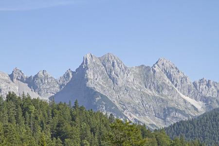 Ber den Westgrat zwischen westlicher Karwendelspitze und Brünnstein führt der berühmte Klettersteig Mittenwader Höhenweg Standard-Bild - 90613487