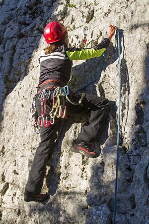 女性固定ロープやクライミング エリア ヴェネト州 Stallavena スポーツ クライミング - エクスプレスのスリングの助け