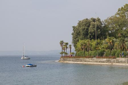 約10キロメートルの安全な遊歩道は、バルドリノ経由でラジセからガルダのさらに北に向かいます。