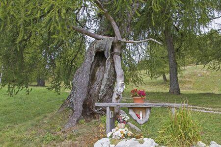 Liefdevol ontworpen plaats van vroomheid - altaar en mogelijkheid van gebed in het hooggebergte