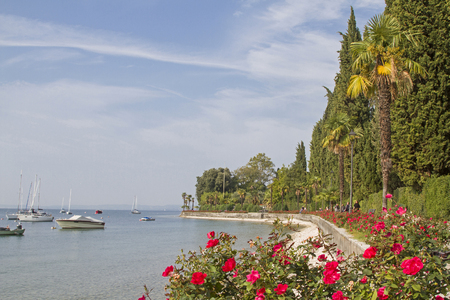 About ten kilometers of well-secured promenades lead from Lazise via Bardolino to the further north of Garda.