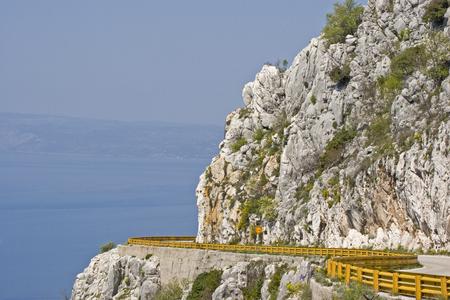 Blick von einer Bergstraße an der Küste von Split Standard-Bild - 94292971