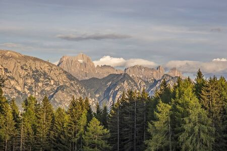 View from the Ritten on the Schlern mountains and the rose garden group in South Tyrol Standard-Bild - 94838634