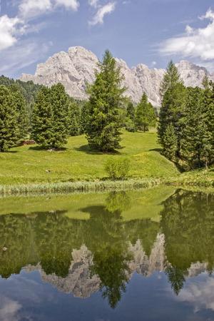 Kleiner Gebirgssee in Südtirol von Val Gardena Standard-Bild - 94815742