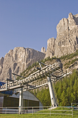 On the east-facing driveway to the Gardena Pass, you will pass this futuristic mountain railway station, where hikers and skiers will be transported to the heart of the Sella mountain range Imagens
