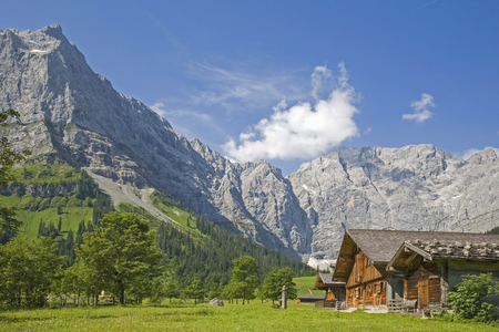 Idyllic huts on the alpine pastures of Eng in the heart of the Karwendel mountains in Tirol Standard-Bild - 96800778