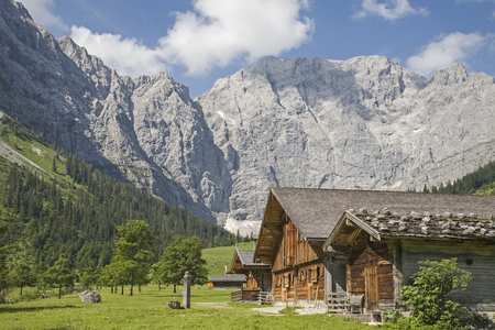 Idyllic huts on the alpine pastures of Eng in the heart of the Karwendel mountains in Tirol Standard-Bild - 98497169