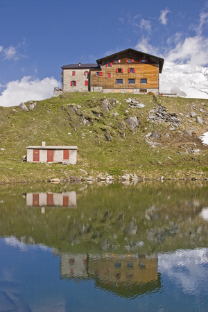 The Pfitscherjoch house on the summit of the Pfitscherjoch is an accommodation hut used by many mountain bikers and mountaineers Standard-Bild - 98498778